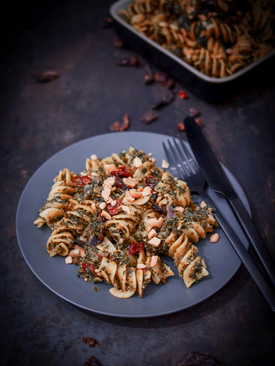 Grünkohl Pasta mit getrockneten Tomaten und Erdnüssen