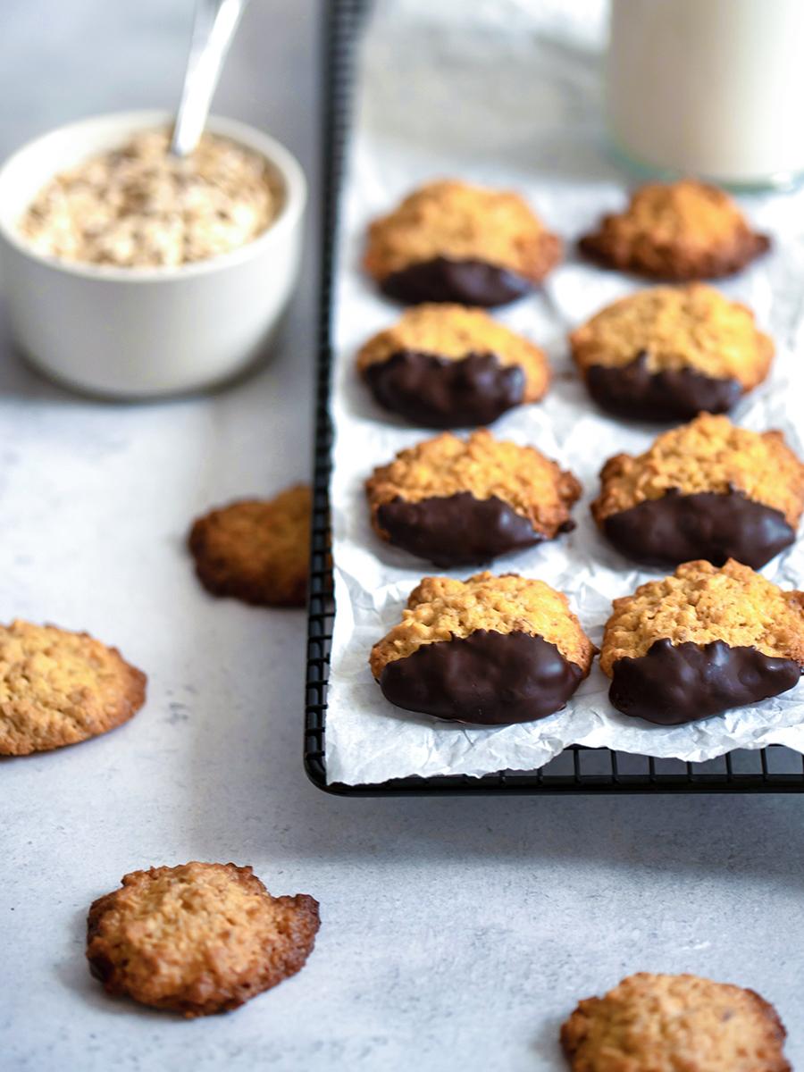 Weihnachtsplätzchen backen: Rezept für kernige Hafermakronen mit Schokolade