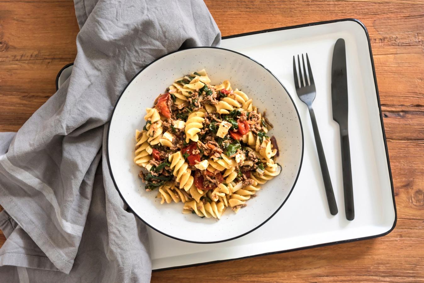 sommerk che mangold zubereiten ein rezept f r pasta mit feta und tomaten. Black Bedroom Furniture Sets. Home Design Ideas
