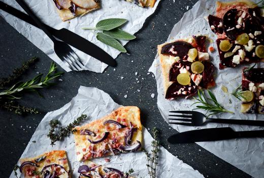 Rezept für Flammkuchen-Variationen mit Roter Bete, Birne, Blauschimmelkäse, Feta und Weintrauben