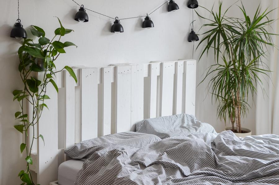 IKEA Hack Bett Brimnes mit Paletten Kopfteil