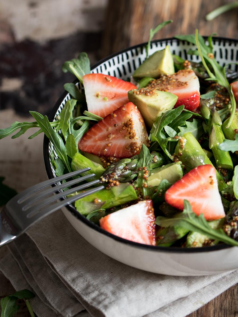 Rezept Grüner Spargelsalat mit Erdbeeren und Avocado #frühling #spargelsalat #healthy #erdbeeen #salatrezept #spargelrezept
