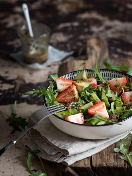 Spargelsalat mit Erdbeeren und Avocado