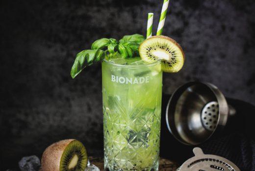 Gin Basil Smash mit Kiwi und Bionade Zitrone