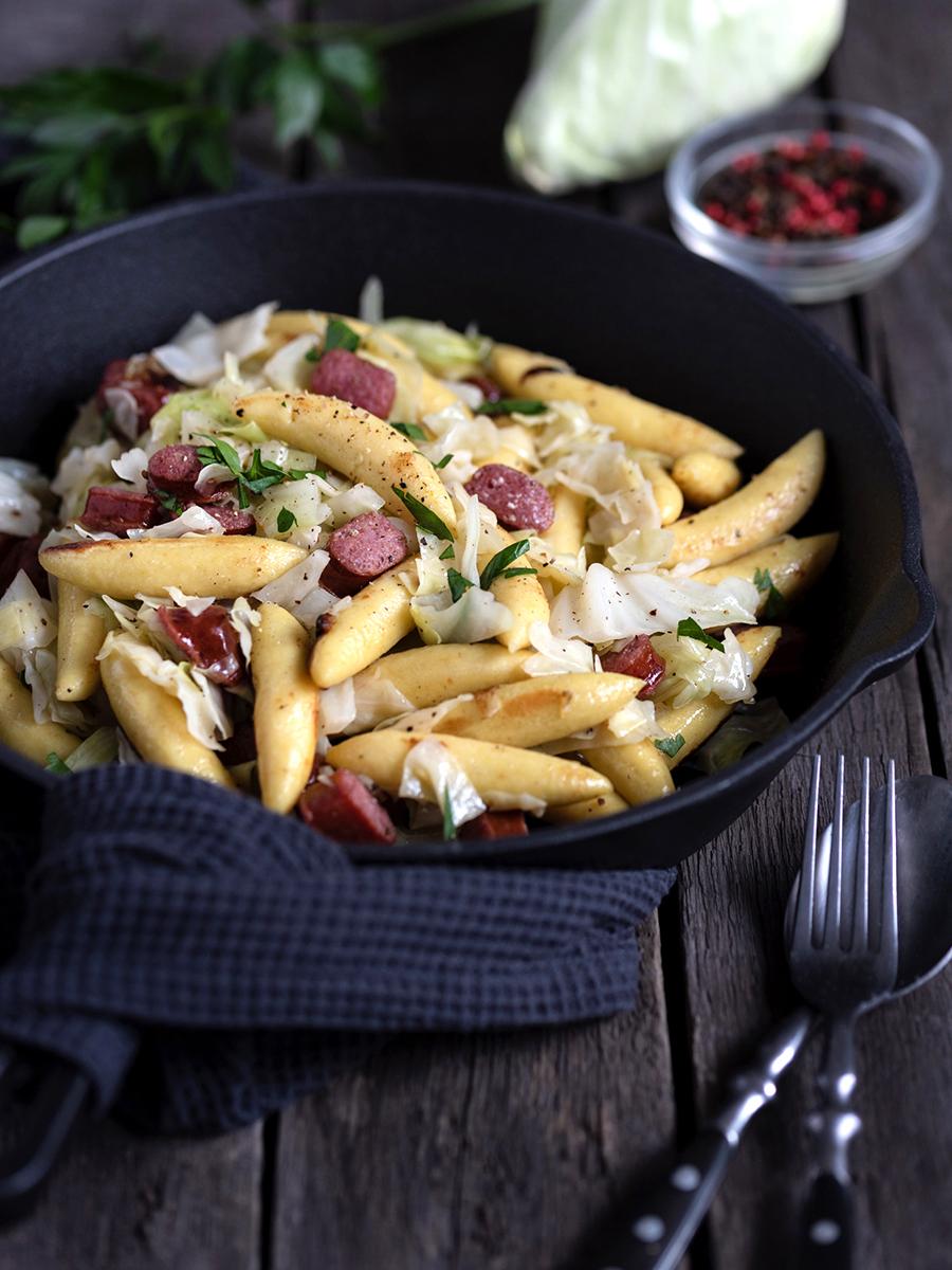 Schupfnudel-Spitzkohl-Pfanne mit Salami