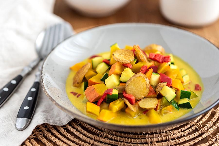 Kürbis-Curry Suppe mit Hokkaido, Zucchini und Paprika