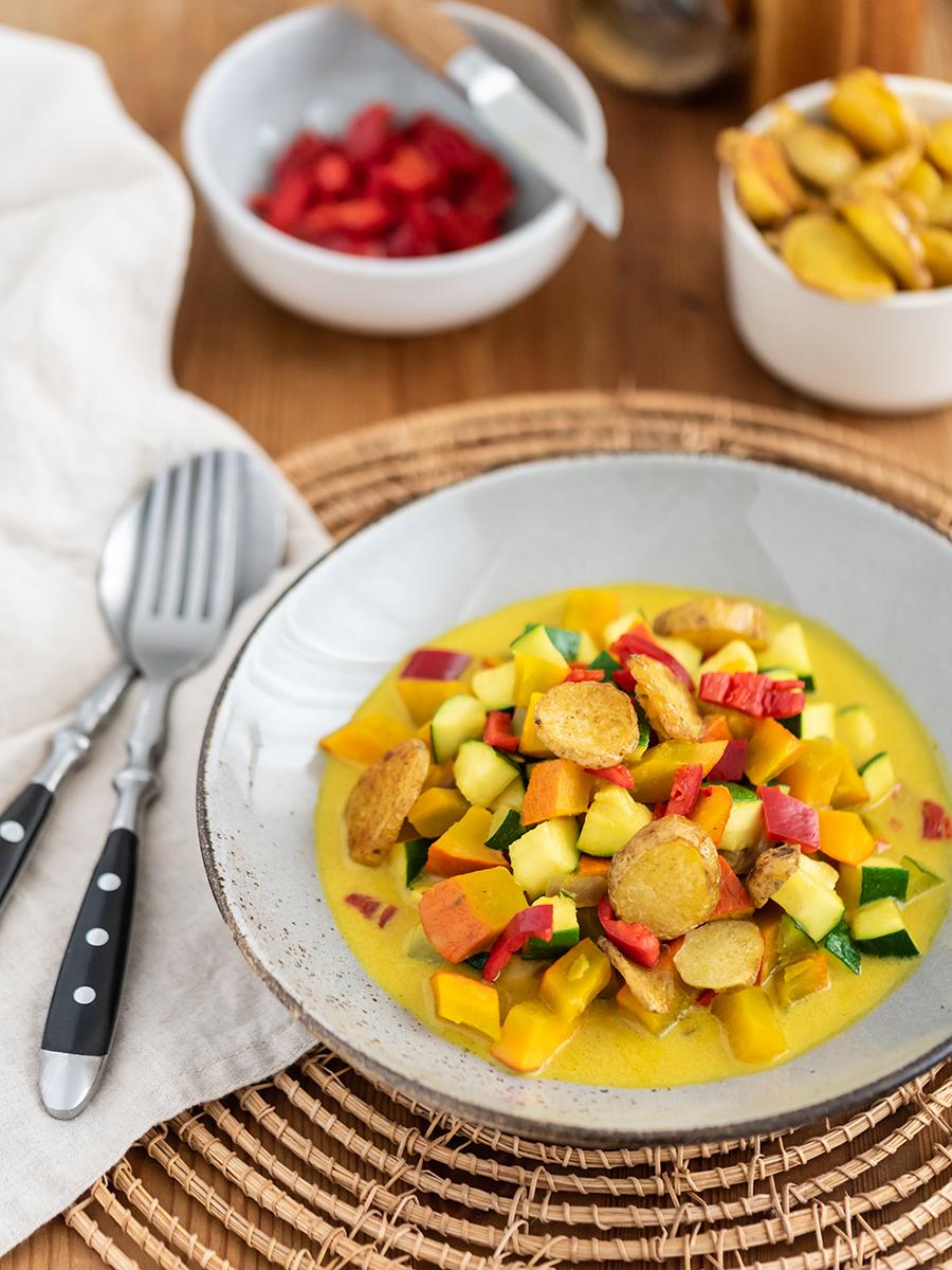 Kürbis-Curry Suppe mit Hokkaido, Zucchini und Paprika, ideales Herbst-Rezept