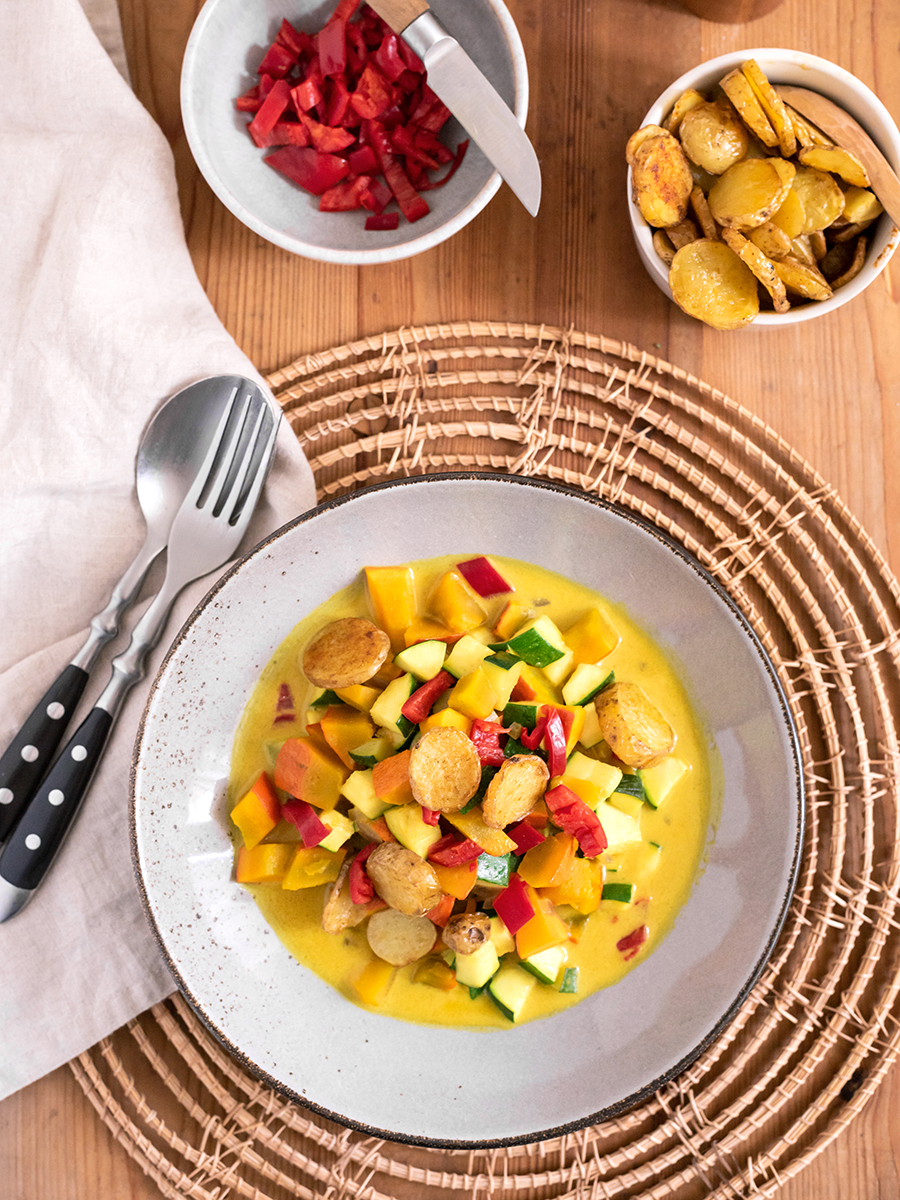 Kürbis-Curry: Suppe mit Hokkaido, Zucchini und Paprika, ein leckeres Herbst-Rezept