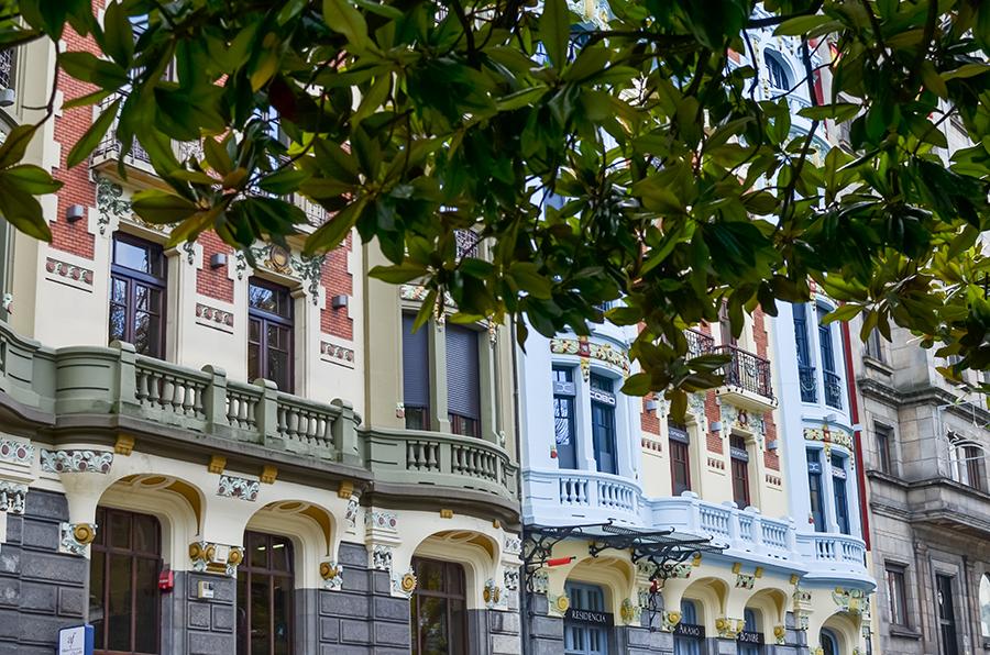 Häuser in Oviedo, Spanien an der grünen Küste
