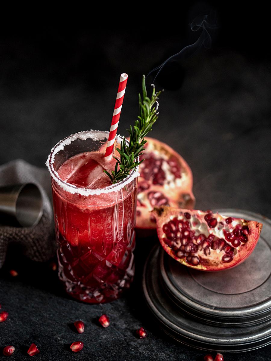 Sekt-Cocktail zu Silvester mit Granatapfel und Kirsche