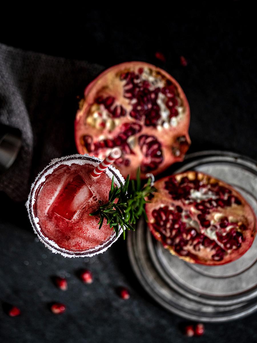 Fruchtiger Silvester-Cocktail mit Granatapfel und Kirsche