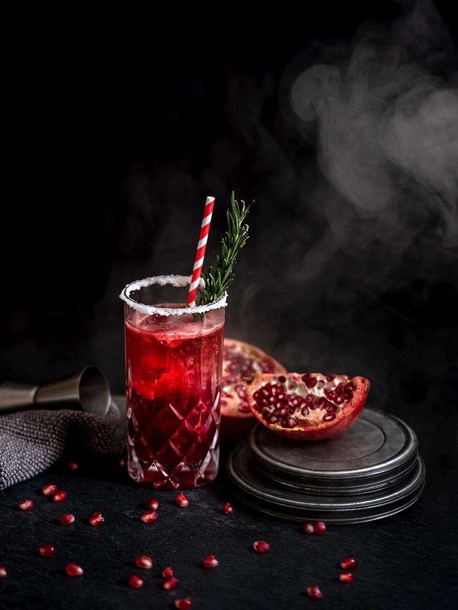 Cocktail mit Granatapfel: Silvester kann kommen, fruchtiger Drink mit Kirsche und Champagner