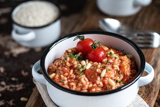 Rezept für Tomaten-Risotto mit Pinienkernen und Ricotta