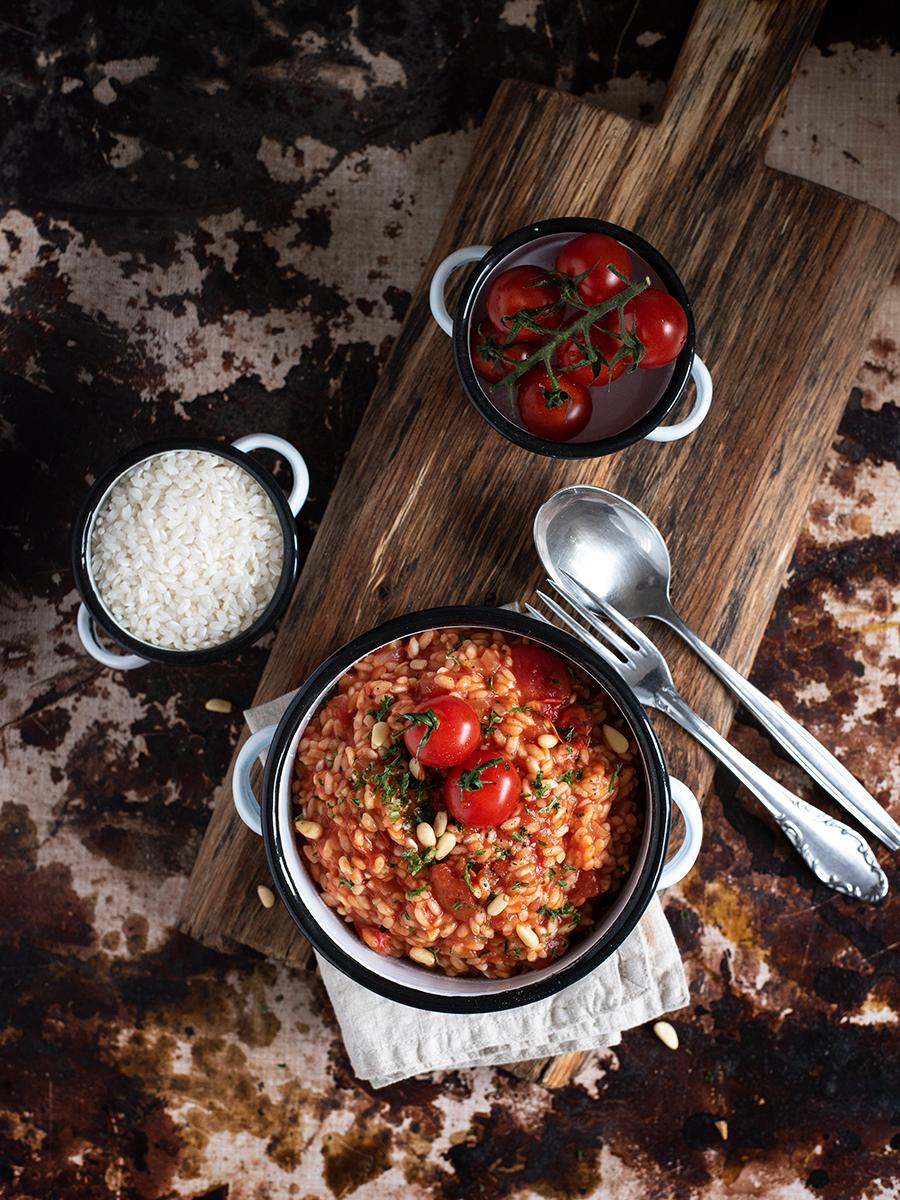 Fruchtiges Tomaten-Risotto mit Pinienkernen und Ricotta